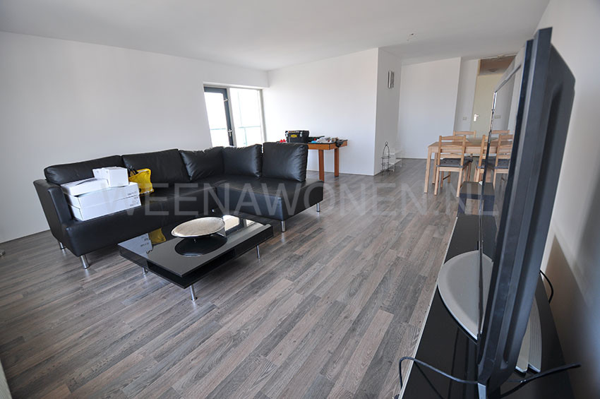 For rent spacious 4-rooms apartment on the Strevelsweg in Rotterdam Zuid.